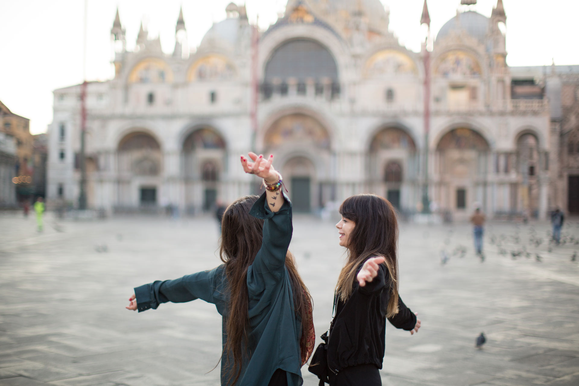 Ashley-Meagan-portrait-photo-shooting-sunrise-piazza-san-marco--basilica-Venezia-Venice-happiness
