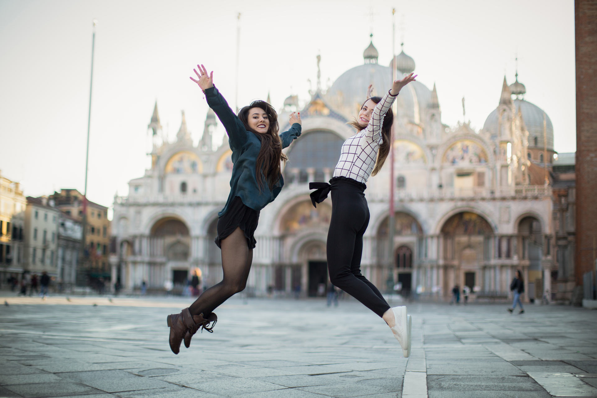 Ashley-Meagan-portrait-photo-shooting-sunrise-piazza-san-marco--basilica-Venezia-Venice-happiness-1