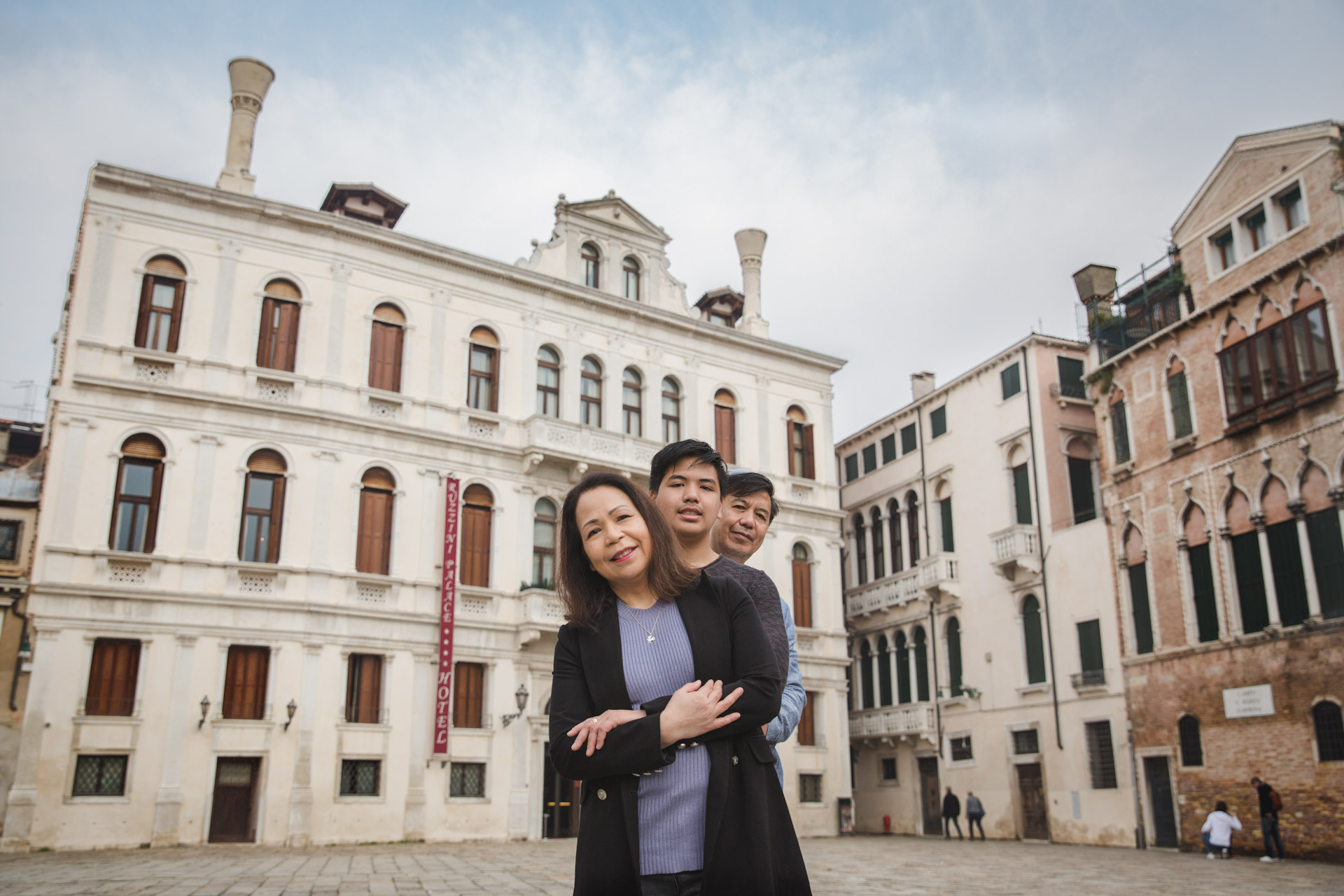 Jo Anne-family-portrait-photo-shooting-sunrise-Campo-Santa-Maria-Formosa-Venezia-Venice