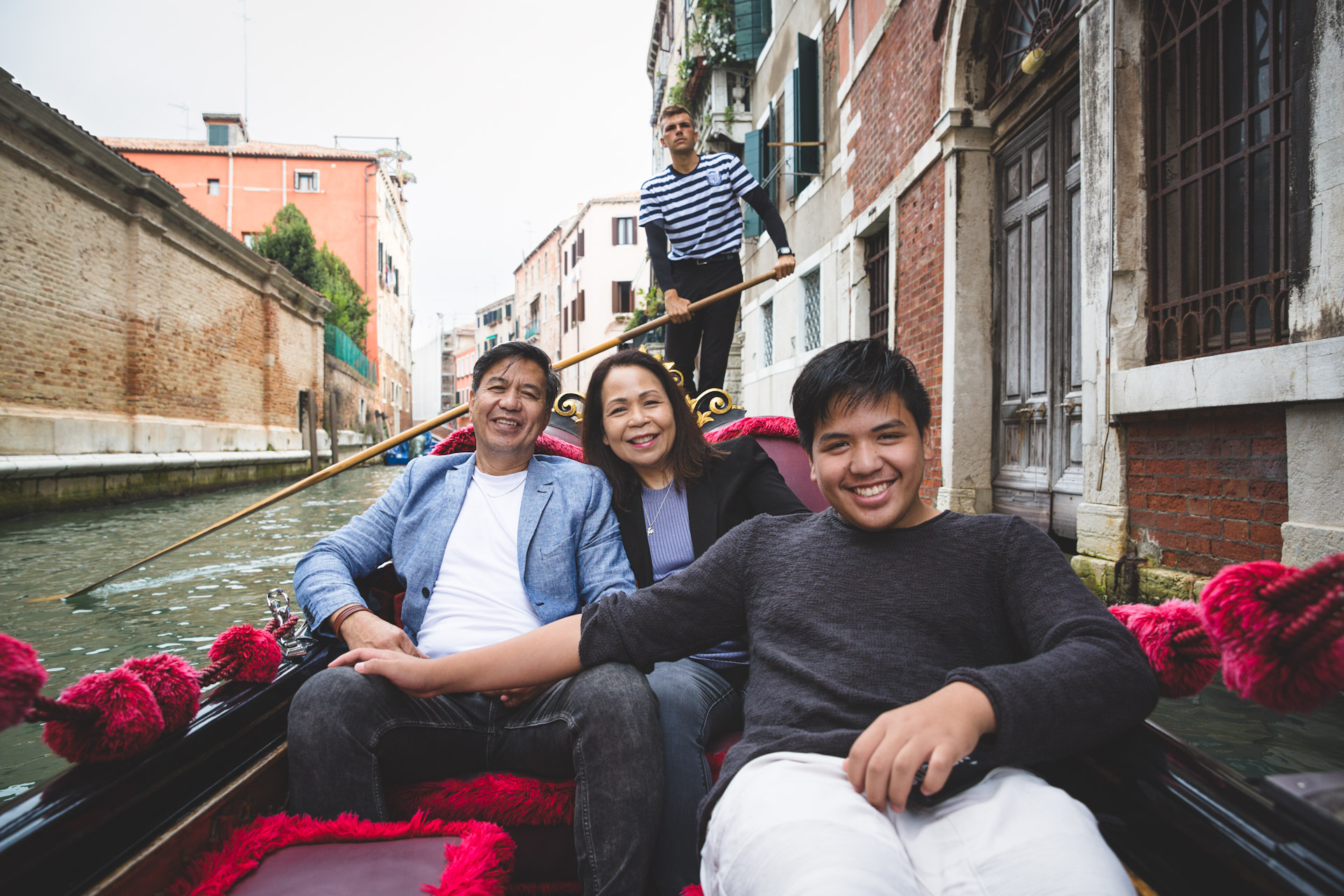 Jo Anne-family-portrait-photo-shooting-sunrise-gondola-ride-Venezia-Venice-1